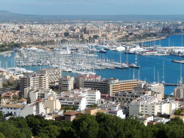 마요르카(Majorca) 섬은 지중해 서부의 발레아레스 제도에 있는 스페인에서 가장 큰 섬이다. 1960년대에 유럽에서 관광의 대중화를 상징하는 대명사가 되었다. (출처: via Wikimedia Commons)