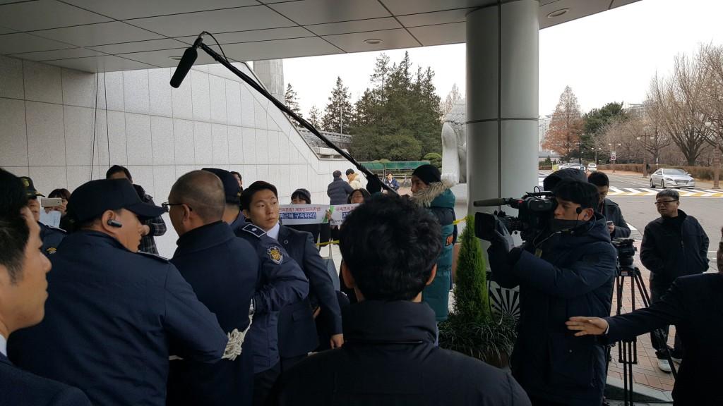 이번 국정농단 사태의 배후 차은택이 포승줄에 묶인 채 국정조사에 출석하고 있다 ©환경운동연합