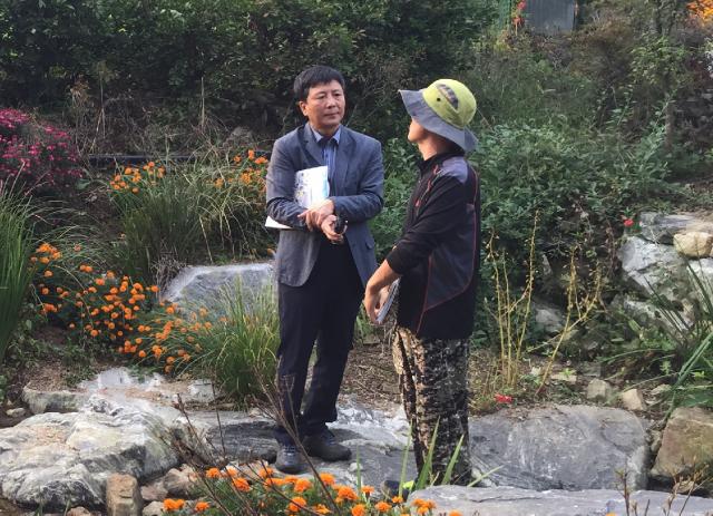 원공술마을 김동빈 이장이 도랑살리기 성과를 설명하고 있다. ⓒ환경운동연합