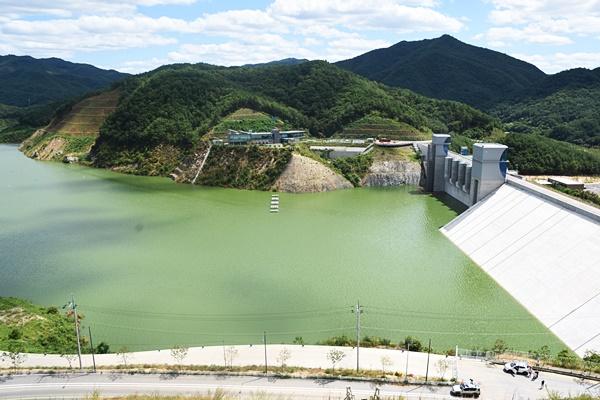 지난 여름 담수를 시작하자마자 영주댐엔 심각한 녹조 현상이 찾아왔다. ⓒ 정수근