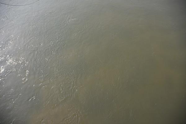 경진교에서 바라본 내성천 물길의 모습. 탁수가 가득하다. 바닥이 전혀 식별이 되지 않는다. ⓒ 정수근