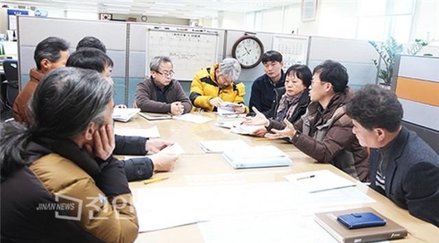 전북도 지역정책과에 진안군 지역개발계획의 거짓과 오류를 설명함(출처 : 진안뉴스)