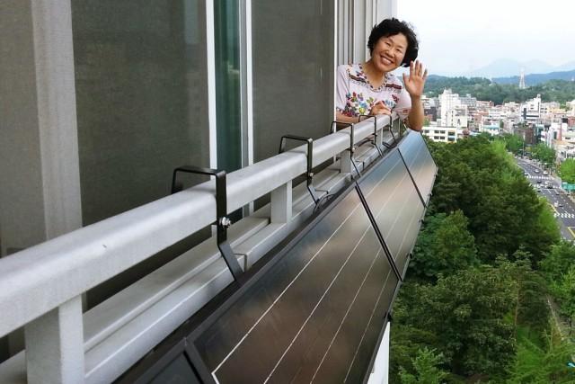 서울 송파구에 있는 한 아파트 가구의 주민이 베란다에 설치된 태양광 발전소를 보여주고 있다. 사진제공=서울시