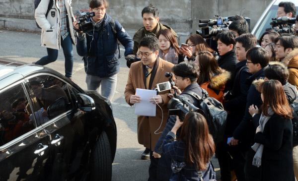 홍정식 특검 부대변인이 3일 오전 청와대 춘추관 앞 민원인 주차장에 주차돤 차량으로 이동하며 기자들 질문을 받고 있다. (경향신문/청와대사진기자단)