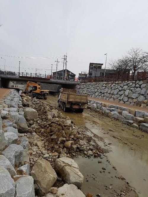 하천의 어떠한 생태적 고려도 없이 하천공사가 이루어지고 있는 구미천의 현장의 모습 ⓒ 정수근
