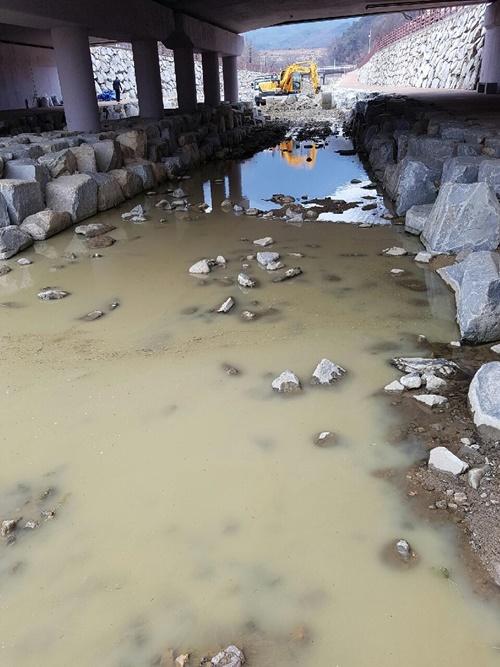 공사현장의 오수가 그대로 하천으로 흘러간다. 5~6킬로 하류는 낙동강이다. 낙동강은 구미시뿐 아니라 1300만 시도민의 식수원이다 ⓒ 정수근