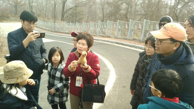 두루미 인형으로 부화를 설명해주는 김일남 해설사