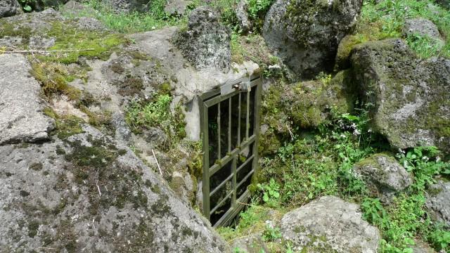 빌레못굴(제주시 애월읍 어음2리 706번지) 이곳은 1949년 1월 16일, 토벌대와 민보단이 합동으로 대대적인 수색작전에 의해 동굴이 발각되면서 이 속에 숨어 있던 애월면 어음,납읍,장전리 주민 29명이 집단학살 당하였고 동굴 속에서 나오지 못해 굶어죽은 아버지와 아들, 그리고 또 다른 어머니와 딸 4구가 발견된 비극의 현장이다. 토벌대는 전날(1949년1월15일) 봉성리 구몰동이 무장대에 의해 습격을 당한 후 토벌대와 민보단이 대대적인 수색을 벌여 빌레못굴을 발견하게 되었으며, 그 당시는 겨울이어서 김이 올라오는 것을 보고 동굴 입구를 찾은 토벌대는 굴 속에 숨어 있는 주민 29명을 집단총살하였다. 또한 남자 아이의 발을 잡고 휘둘러 돌에 메쳐 죽이는 참혹한 일도 일어났으며 이 아이의 어머니와 젖먹이 여동생은 동굴 안으로 깊숙이 숨어들었다가 어둠속에서 길을 잃어 굶어죽은 시신도 1971년 3월 13일부터 15일까지 빌레몰동굴탐사반에 의해 발견되어 유족에게 인도되었다. 이 빌레못굴은 총 길이 11,749로 세계 최장의 용암동굴이며, 천연기념물 342호로 지정되어 있다. ⓒ김은숙