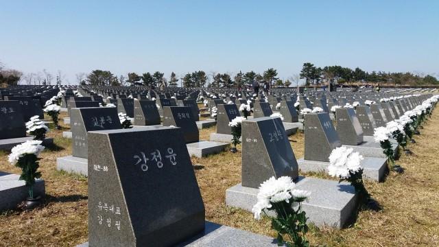 4.3평화공원 내에 있는 4.3 행방불명 희생자 묘역. 이 묘역은 제주4.3 당시 이승만 정권이 제주도내 적은 형무소로는 항쟁 관련 수감자들을 모두 수용할 수 없어, 전국 각지의 수용소로 분산 수감시켰고, 이들은 이후 한국전쟁 당시 무참히 학살당한 채 시신조차 수습할 수 없었다고 한다. ⓒ양수남