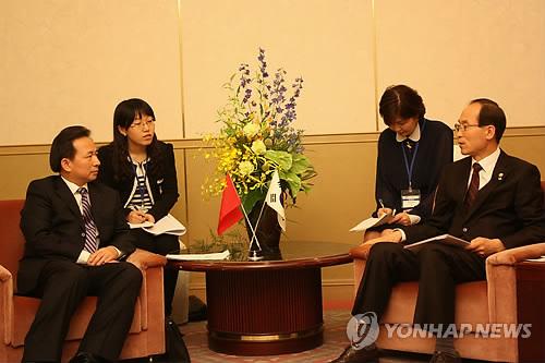 한중일 장관회의에 참여한 중국 차관을 상대하고 있는 환경부 장관(사진 연합뉴스)