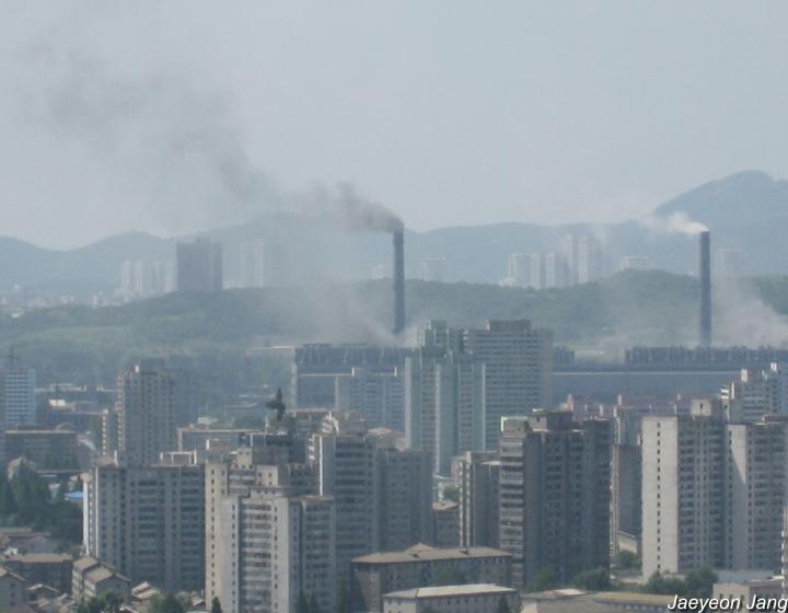 평양의 화력발전소로 인한 주변의 오염. 대기오염물질의 확산은 풍향, 풍속, 대기안정도 등의 영향을 받는다. ⓒ장재연