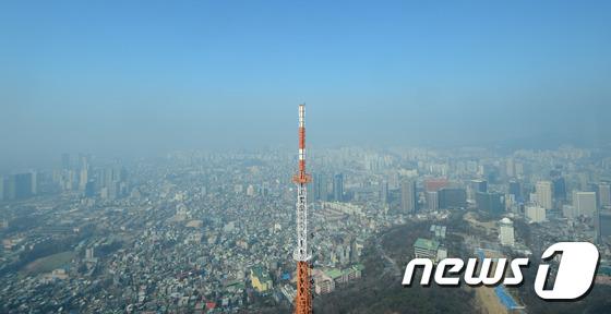 대기오염물질이 일정한 고도 아래쪽에 머물고 있음을 볼 수 있다.