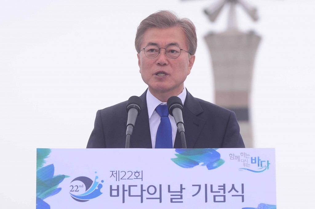문재인 대통령이 31일 전북 군산 새만금 신시도 광장에서 열린 제22회 바다의날 기념식에서 기념사를 하고 있다.@newsis.com