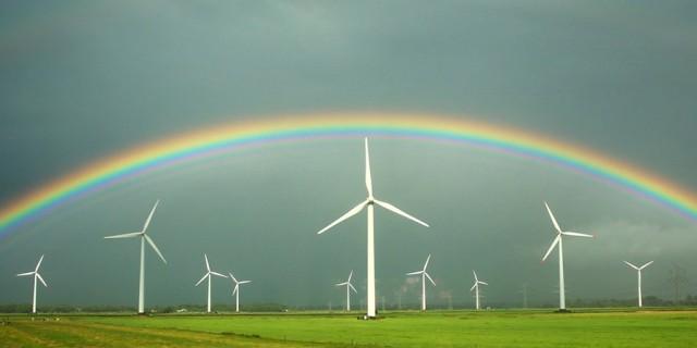 ARCHIV - Ein Regenbogen spannt sich am 18.08.2013 über grünen Feldern und Windkraftanlagen vor grauen Regenwolken bei Wilster (Schleswig-Holstein). Die Energiewende ist auch in Hessen ein hoch umstrittenes Vorhaben. Spätestens im 2050 will sich das Land hauptsächlich auf Wind, Sonne, Wasser und Biomasse verlassen. Foto: Christian Charisius/dpa (zu dpa «In 37 Jahren soll der Umstieg geschafft sein» vom 18.09.2013) +++(c) dpa - Bildfunk+++