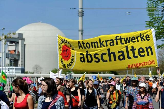 ARCHIV? Mit Spruchb?dern und Fahnen demonstrieren Atomkraft-Gegner am 24.04.2010 beim Kernkraftwerk in Biblis. Die Polizei sprach von rund 10000 Teilnehmern an der Demonstration, die Organisatoren von rund 20000. Zu dem Protest vor dem 24. Jahrestag des Reaktorunfalls in Tschernobyl hatten Initiativen, Umweltgruppen und Parteien aufgerufen. Block A ist Deutschlands ?tester noch laufender Atommeiler. Der Atomunfall in Japan hat die Diskussion um die Risiken der Atomkraft neu entfacht. Foto: Marius Becker dpa/lhe +++(c) dpa - Bildfunk+++