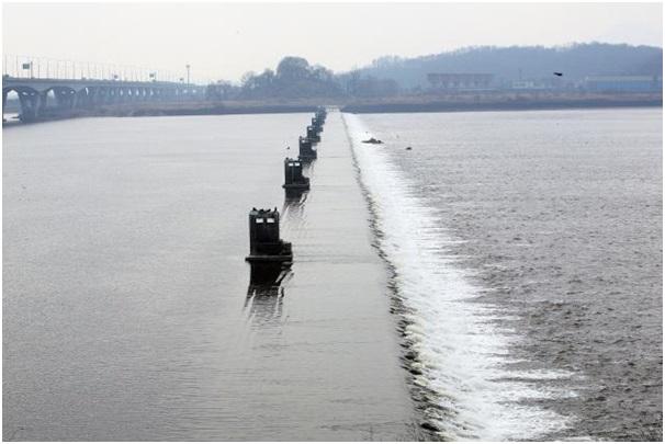 한강의 흐름을 막고 선 작은 댐, 신곡수중보. ⓒ박평수