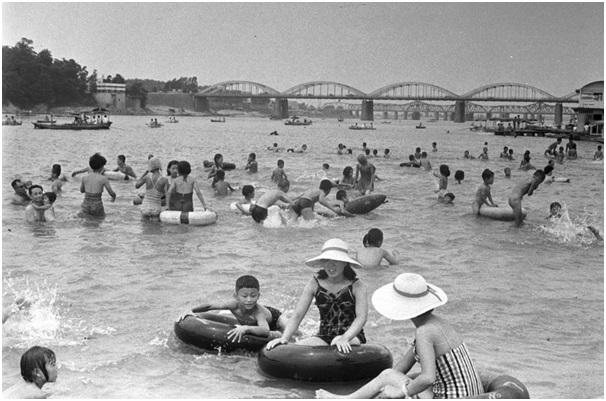 1961년의 한강. 보가 설치되기 전 한강에는 좋은 모래밭이 많고 물이 깨끗해 시민들이 강수욕을 즐겼다. ⓒ조선일보