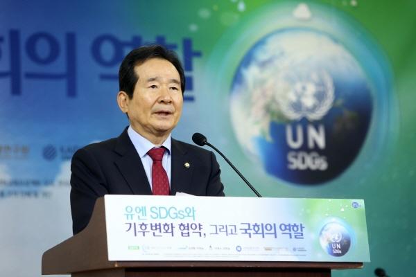 정세균 국회의장이 지난 5월 17일 국회의원회관 제 2소회의실에서 열린 「유엔 SDGs와 기후변화협약, 그리고 국회의 역할 세미나」에서 발언하고 있다. 사진제공: 국회