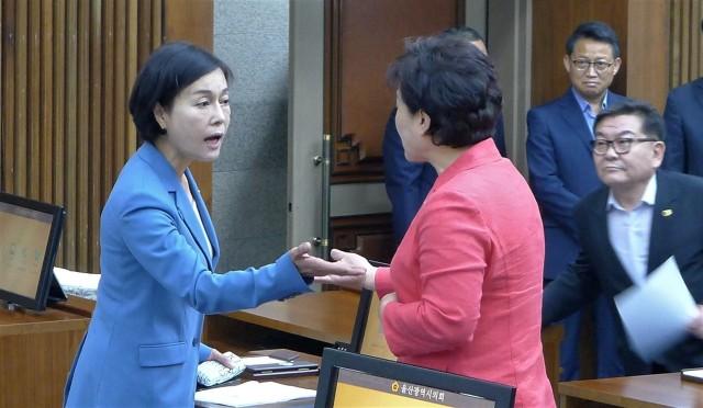 본회의 시작에 앞서 원전해체센터 유치 촉구 결의안에 찬성할 것을 요구하는 자유한국당 소속 여성시의원의 요구에 거세게 반발하고 있는 최유경 의원(왼쪽) 모습 ⓒ 최수상
