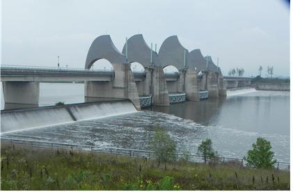 승촌보의 수문은 닫혀있고 전날 내린 비로 유량이 늘어 보를 월류해 강물이 흐르고 있다. 2017년 7월 6일 ⓒ광주환경운동연합 최지현