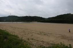 모래를 다시 흐르게 할 댐 철거가 해결책