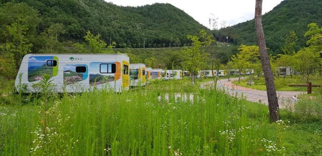 ▲ 빈 카라반이 1년째 도열해있는 오토캠핑장 잔디밭에 잡초가 자욱하게 자라고 있다. ⓒ 이수석