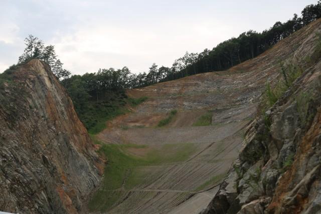 ▲ 영주댐 공사를 하면서 깎아낸 산이 처참한 몰골을 드러낸 채 방치돼 있다. ⓒ 윤연정