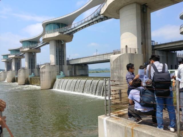 죽산보 수문 4개중 2개를 개방했다. 2017년 6월 1일 ⓒ광주환경운동연합 최지현