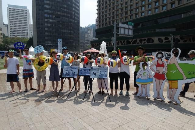 환경운동연합이 신곡수중보를 열고 강수욕을 하자는 캠페인을 하고 있다 ⓒ 환경운동연합