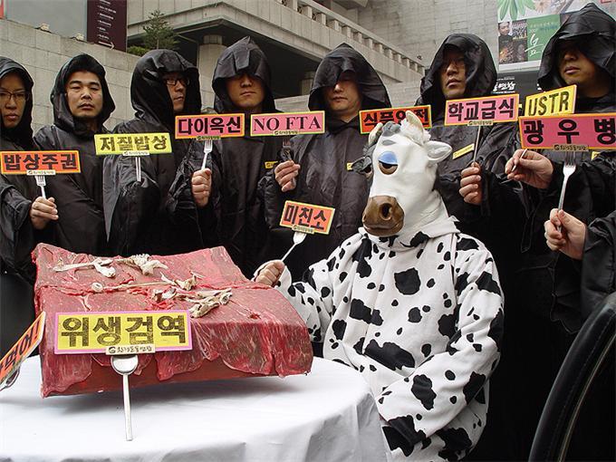 2007년 4월 환경운동연합 회원들이 '국민식탁위협하는 한미FTA반대 캠페인'을 하고 있다.ⓒ환경운동연합