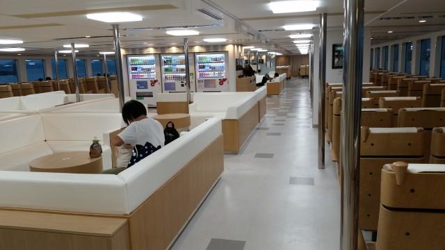 일본 세토내해 예술의 섬 나오시마에 가는 배 내부. 쾌적함과 청결함ⓒ홍선기