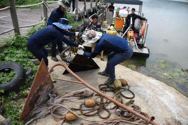 강바닥에 방치됐던 앵커가 올라온다. 18개 앵커가 더 있다 한다. ⓒ 대구환경운동연합 정수근