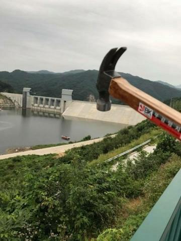 사진6▲ 댐 해체 퍼포먼스 다이너마이트가 아니라면 망치로라도 댐을 해체하라! ⓒ 대구환경연합 정수근