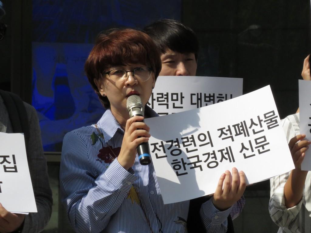 일방적 원전찬양보도들을 쏟아내고 있는 언론들의 행태를 비판하는 민주언론시민연합 김언경 사무처장 ⓒ환경운동연합