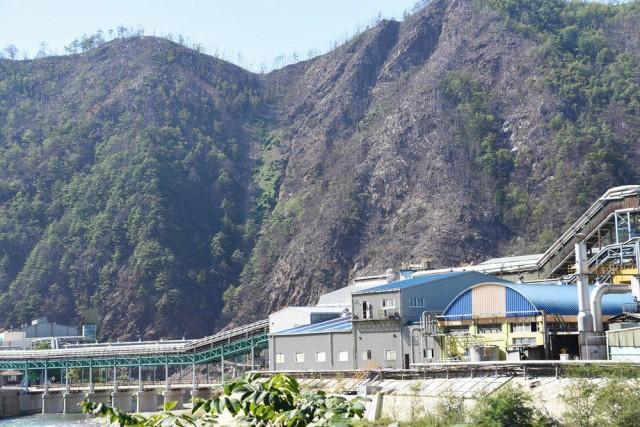 영풍석포제련소 1공장 뒤편의 산등성이의 나무들이 대부분 고사했다. 공장의 아황산가스 등이 원인이다. ⓒ 정수근