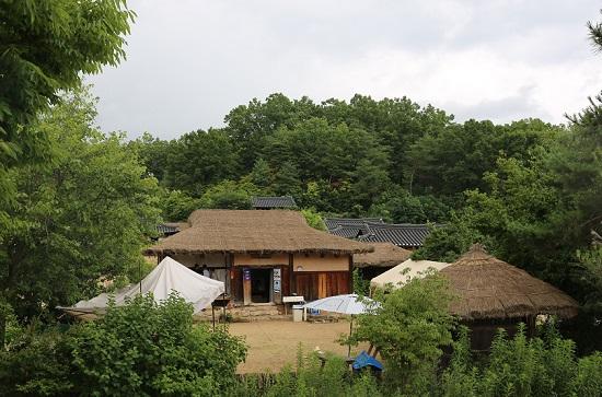 김용기씨는 무섬마을에서 민박집 '마당넓은집'과 카페 '쉬었다가게'를 운영하는데 슈마허씨도 가끔 일손을 돕는다. ⓒ 윤연정