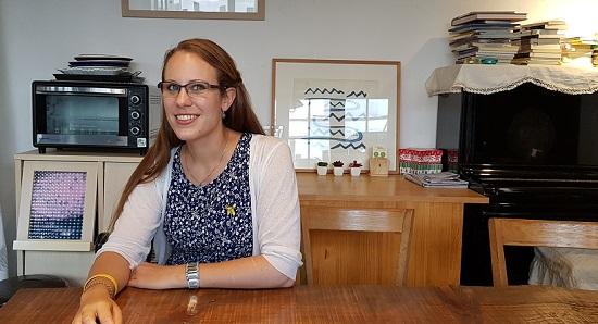 종로구 누하동 환경운동연합 건물 1층 회화나무 카페에서 와 인터뷰하고 있는 카리나 슈마허. ⓒ 윤연정