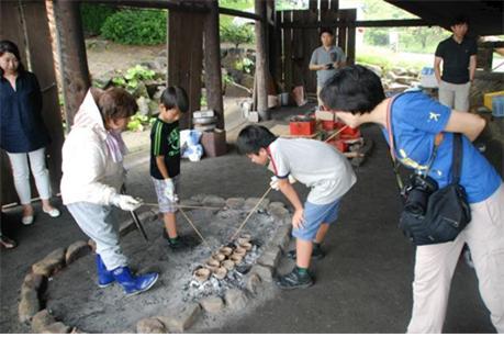 일본 세토내해 가마가리의 전통제염인 자염(煮鹽)체험장.ⓒ홍선기