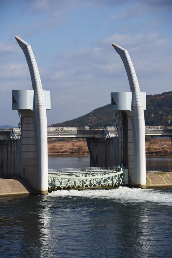합천보의 수문이 열렸다. 강물이 세차게 흘러간다.ⓒ 대구환경운동연합 정수근
