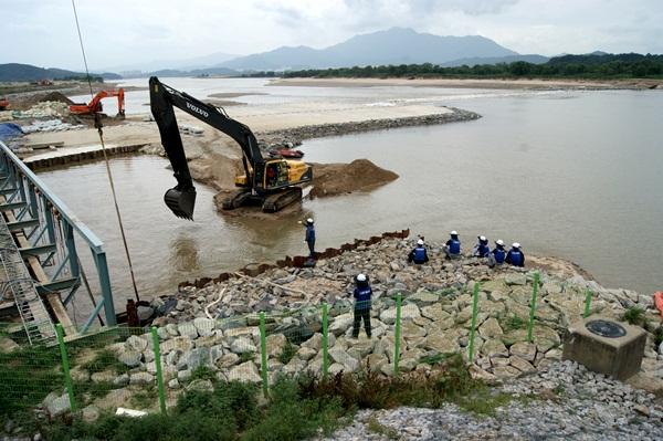 2011년 4대강사업 기간 중 임시가물막이 파손으로 취수를 할 수 없게 되자, 응급 복구작업을 벌이고 있다. ⓒ 대구환경운동연합 정수근