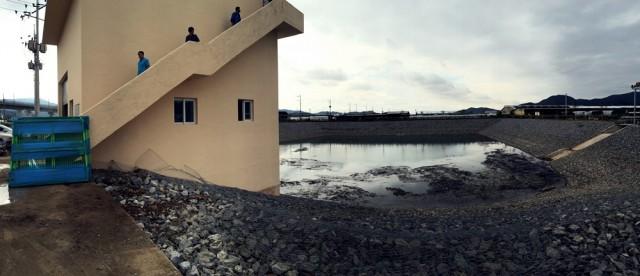 덕산들의 침수피해를 막기 위해 수자원공사가 60억을 들여 조성한 인공 저류지. 칠곡보의 영향으로 이곳에 올라온 지하수를 배수펌프 시설을 가동해 매시간 퍼내고 있다. ⓒ 정수근
