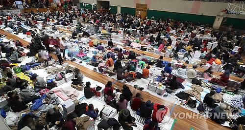 집으로 돌아가지 못하고 있는 포항 시민들(사진 연합뉴스)
