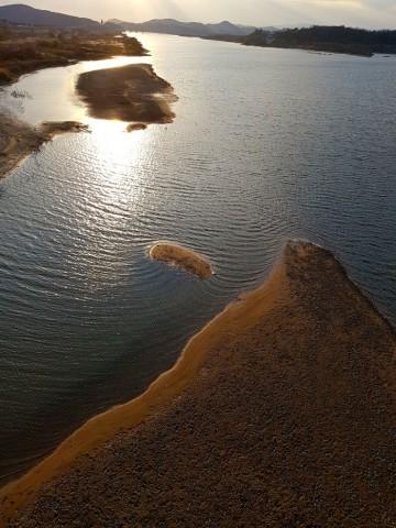 백제보가 바라다보이는 왕진교 아래에도 운동장 크기의 모래톱이 드러나고 있다.ⓒ 김종술