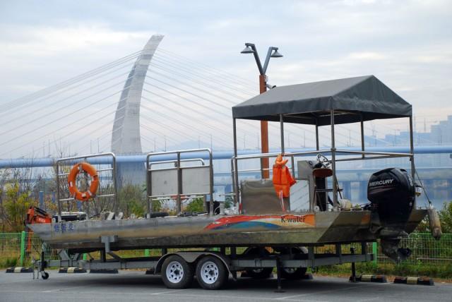 한국수자원공사가 세종보에서 운행 중인 바지선도 주차장으로 옮겨 놓았다.ⓒ김종술 기자