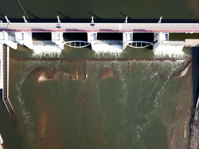 물속에 감춰져 보이지 않았던 공주보 시설물도 엿가락처럼 휘어져 있었다.ⓒ 김종술