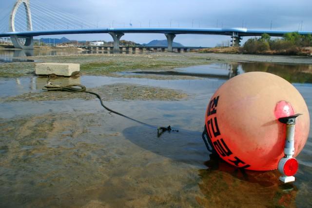 물 빠진 세종보. 한국수자원공사가 위험을 알리기 위해 설치한 부표도 펄밭에 앉았다.ⓒ 김종술