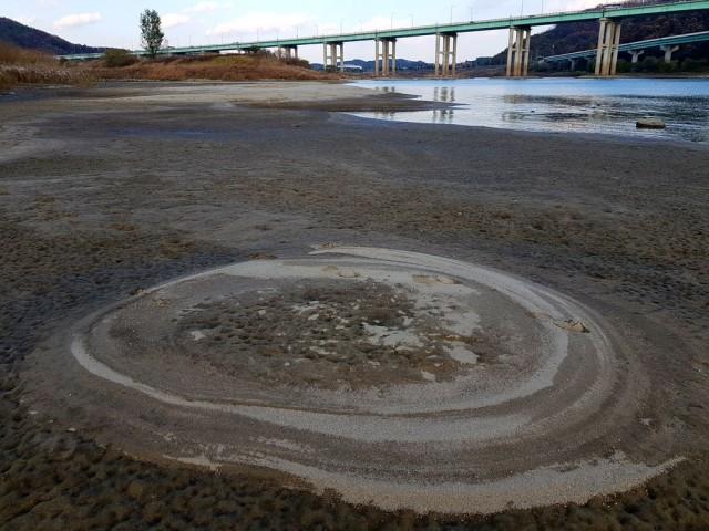 유구천과 금강이 만나는 합수부인 공주보 하류에 거대한 모래톱이 드러났다.ⓒ 김종술