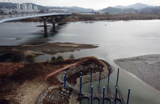 세종보 상류 500m 지점 힌두리대교 부근도 물이 빠지면서 바닥을 드러내고 있다.ⓒ 김종술