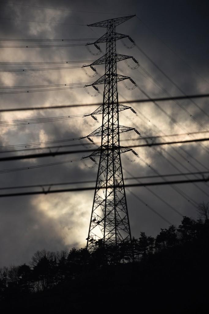 마을을 가로지르며 놓인 송전탑에서 신고리 3,4호기의 핵발전소 전기가 흐르고 있다. 삼평리 마을공동체를 붕괴시킨 주범이다. ⓒ 정수근