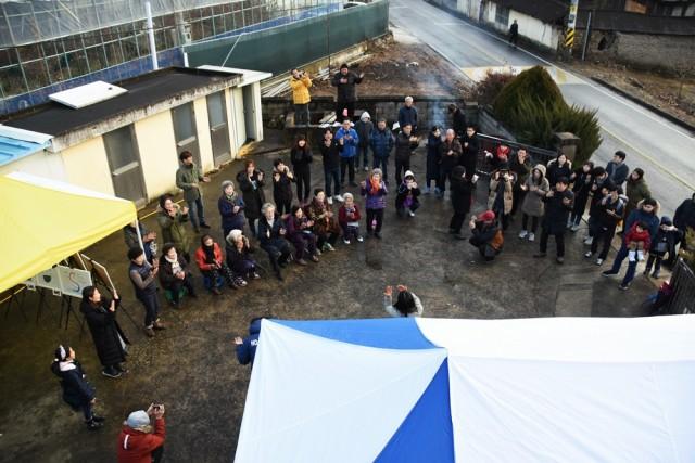 성탄절을 맞아, 청도 삼평리의 평화를 희망하는 성탄예배가 삼평리 마을회관 앞마당에서 열리고 있다. ⓒ 정수근